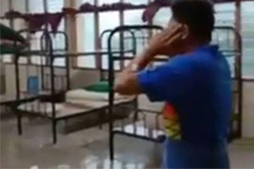 (Video) Tak Berganjak, Pelajar Nekad Laung Azan Sewaktu Ribut Melanda Buat Netizen SEBAK
