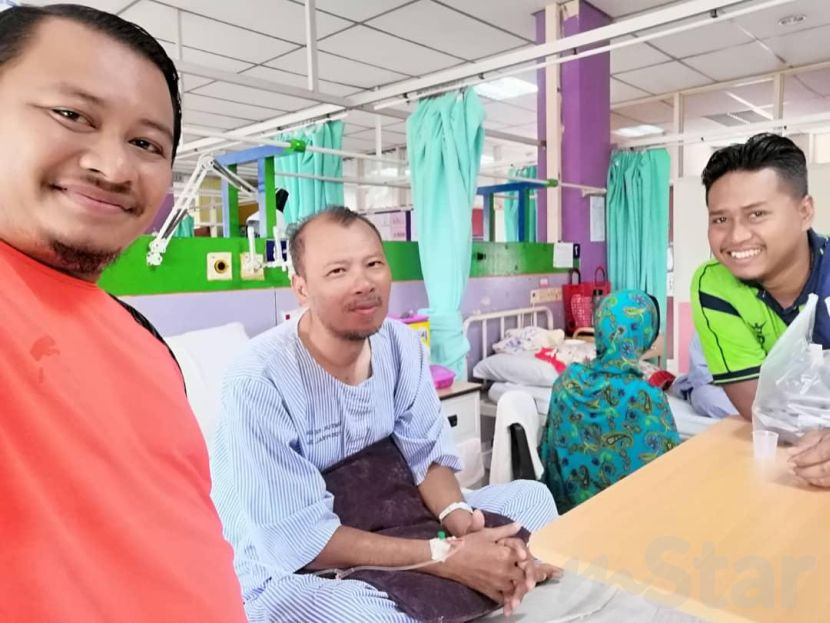 Seorang Guru Gigih Menanda Kertas Peperiksaan Ketika Terlantar Di Hospital Ramai Sayu