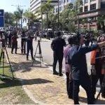 Pengamal Media Berkampung Di Pintu Istana Negara. Ini Tindakkan Pihak Istana Buat Ramai Terharu.