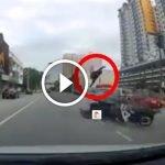 Seram. Rider Melambung Tinggi Kena Langgar Kereta Di Terengganu. Ada Video.
