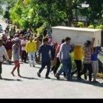 Ratusan Penduduk Kampung Merampas Jenazah Seorang Lelaki.