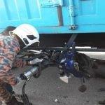 Penunggang Motosikal Maut Terperosok Bawah Lori