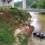 Terlelap Ketika Memandu, Kereta Terbabas Masuk Sungai