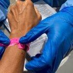 Sengaja Tanggal Gelang Pink, Suami Isteri Warga Asing Ditahan