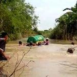Penduduk Kampung Redah Sungai Usung Jenazah Ke Kubur