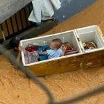 TERHARU.Ibu Bapa Selamatkan Anak Daripada Banjir Dengan Peti Ais Dan Kuali.
