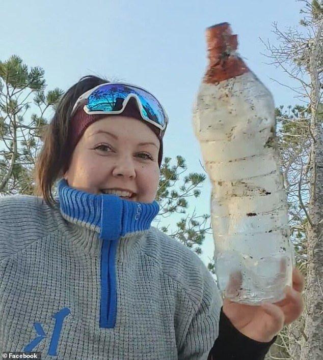 Wanita Jumpa Botol Beku Di Tepi Pantai. Apa Yang Ditemui Dalamnya Mengejutkan Ramai