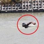 Ramai Pelik Lelaki Ini Berendam 2 Jam Di Laut, Bila Ditanya Mengapa? Ini Jawapannya..
