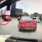 Wanita Terjun Daripada Teksi Yg Sedang Bergerak. ADA VIDEO.