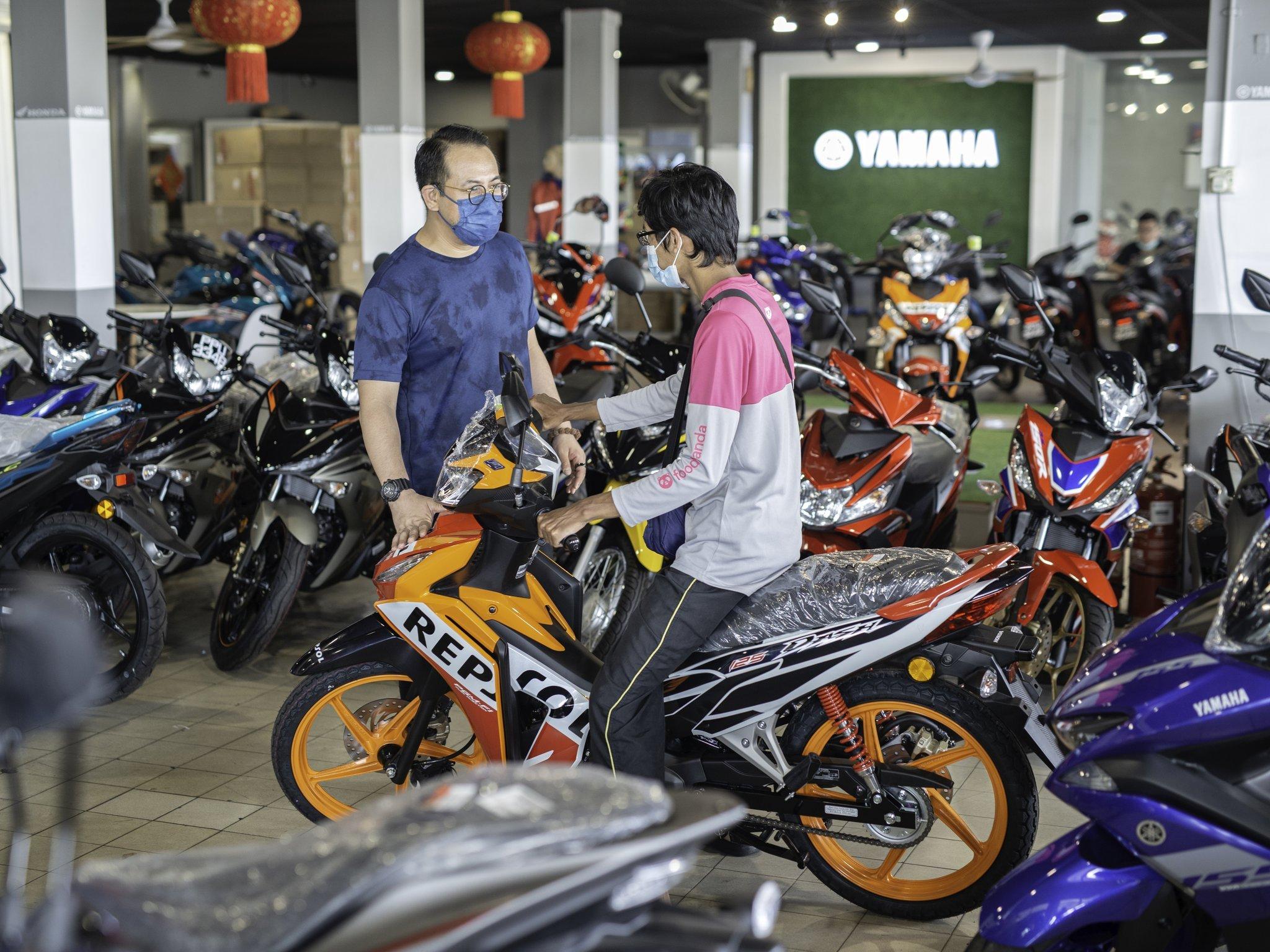 """""""Tak Ada Motor, Dia Pinjam Basikal Kawan.."""" Abang Foodpanda Terima Hadiah Motosikal Untuk Cari Rezeki"""