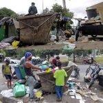 Bekas Pemandu Bas Cari Rezeki Dalam Tong Sampah