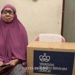 Warga Emas Sebak Terima Bantuan Peribadi Daripada Sultan Johor