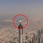 Seorang Pramugari Berdiri Atas Puncak Menara Tertinggi Di Dunia.